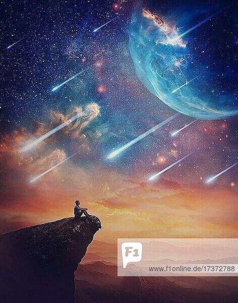 Einsame Person auf dem Gipfel einer Klippe  die ein wunderbares Weltraumphänomen bewundert. Fantastische Landschaft mit fallenden Sternen und bunten Nebeln über dem Sonnenuntergang. Inspirierende imaginäre Landschaft  Geheimnis Blick Einsame Person auf dem Gipfel einer Klippe, die ein wunderbares Weltraumphänomen bewundert. Fantastische Landschaft mit fallenden Sternen und bunten Nebeln über dem Sonnenuntergang. Inspirierende imaginäre Landschaft, Geheimnis Blick