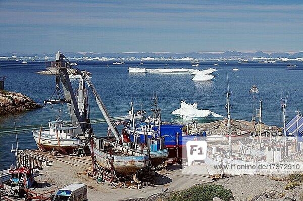 Fischerboote liegen auf dem Trockenem  Ilulissat  Artkis  Grönland  Dänemark  Nordamerika Fischerboote liegen auf dem Trockenem, Ilulissat, Artkis, Grönland, Dänemark, Nordamerika