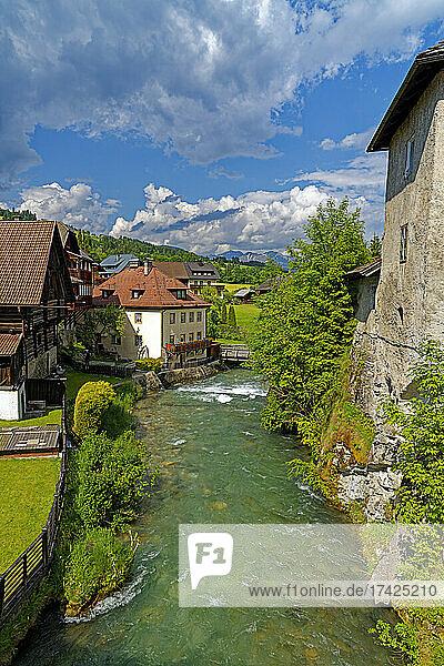 Häuser historisch  Fluß  Taurach