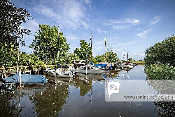 Idyllischer Bootshafen an der Pinnau in Neuendeich (Kreis Pinneberg)