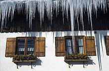 Deutschland, Oberstaufen, Eiszapfen vor dem Haus, Tiefblick