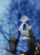 Eine Maske als ein Schädel geformt.