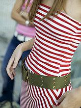 Junge Frau mit Gürtel, Mittelteil, Nahaufnahme