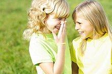 Nahaufnahme der zwei Mädchen lächelnd