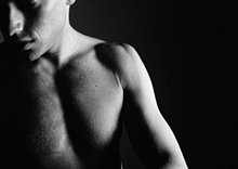 Nacktes Gesicht und Brust des Mannes, Teilansicht, Nahaufnahme, schwarz-weiß.
