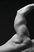 Rückansicht eines jungen Mannes mit seinen Arm ausgelöst