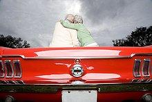 Ein älteres Paar in ein Sportwagen