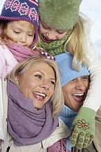 Eltern tragen Kinder auf den Schultern, fully_released
