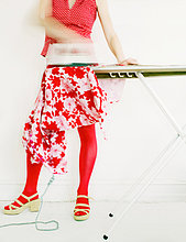 Frau mit roten Strümpfe, Bügeln, niedrige Abschnitt