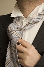 Kaufmann seine Krawatte binden