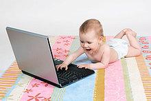 Baby liegen auf Bauch, tragen Windeln, spielen mit Laptop-Computer, Studio, Oetwil am See, Zuerich, Schweiz