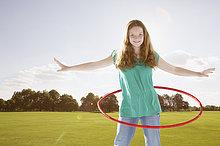 Junges Mädchen Außenaufnahme Hula Hoop in einem Park mit