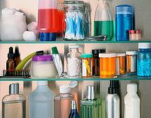 Kosmetik und Container mit Pillen auf Regal