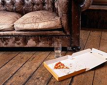 Slice Pizza im auf Boden im Wohnzimmer