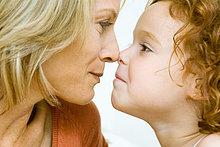 Mutter und Tochter rührende Nasen abgeschnitten Seitenansicht