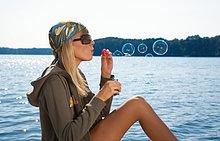 Junge Frau Blasen Blasen See, Seitenansicht