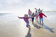 Junge glückliche Familie am Strand