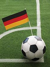 Deutsche Fahne steckt in einem Fußball