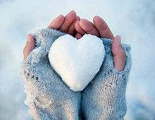 Frau hält herzförmigen Schneeball, Nahaufnahme der Hände