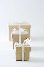 Drei Geschenke in immer größer werdenden Reihen