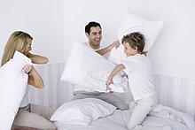 Familie Kopfkissen fight on bed