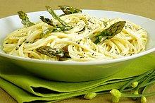 Nahaufnahme einer Schale von Spaghetti mit Spargel
