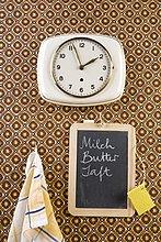 Eine Wanduhr, Geschirrtuch und Chalkboard, stilleben