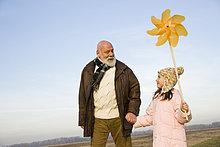 Mädchen hält Nadelrad mit ihrem Großvater