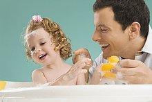 Mitte Erwachsenen Mann mit seiner Tochter spielen