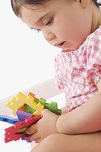 Nahaufnahme eines Mädchens mit Spielzeug spielen