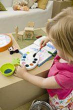 Kleine Mädchen malen mit Aquarellen