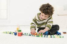Ein Junge spielt mit seinem Spielzeug