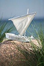 Spielzeugsegelboot am Meer