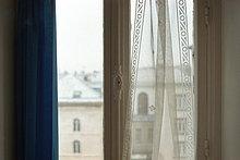 Fenster mit Blick auf die umliegenden Dächer