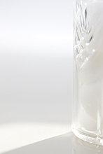 Close up of Glas Container mit Watte gefüllt
