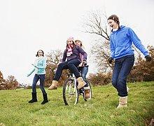 Freundschaft ,fahren ,rennen ,Fahrrad, Rad ,Mädchen ,nebeneinander, neben, Seite an Seite
