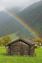 Regenbogen über einem Heustadl, Stubaital, Tirol, Österreich