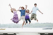 4 ,Freundschaft ,springen ,Steg ,Himmel
