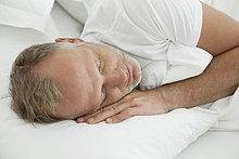 Mann auf dem Bett schlafen