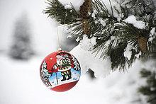 Farbaufnahme,Farbe,Schneedecke,hängen,Weihnachten,Dekoration,Ast