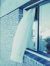 Vorhang weht aus Fenster