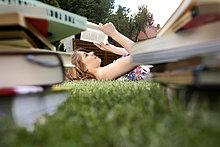 liegend,liegen,liegt,liegendes,liegender,liegende,daliegen,junge Frau,junge Frauen,Buch,Garten,Gras,vorlesen