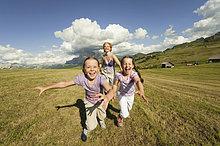 Portrait ,lachen ,rennen ,Wiese ,Tochter ,Mutter - Mensch