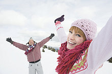 Italien, Südtirol, Seiseralm Paar in Schneefeldes, Arme ausbreiten