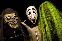 Drei Personen verkleidet für Halloween