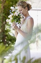 Braut riecht an Brautstrauß
