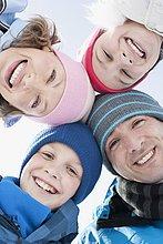 Fröhliche Familie mit Wollmützen