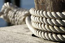 Um einen Poller geschlungene Festmacherleinen halten ein Schiff, Symbolfoto Sicherheit, Stabilität, Halt, Hafen Kiel, Schleswig-Holstein, Deutschland, Europa