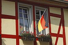 Deutschlandflagge Schwarz-Rot-Gold an einem Fachwerkhaus während der FIFA-WM 2006 Fußball-Weltmeisterschaft