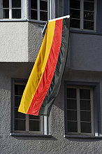 Deutschlandflagge hängt aus Fenster eines Wohnhauses während der FIFA WM 2010